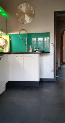 2 - cuisine avec sol rénové en béton ciré