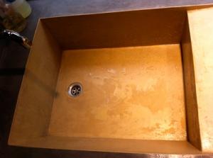 vasque en béton ciré recouvert d'un revêtement de finition facilitant l'entretien
